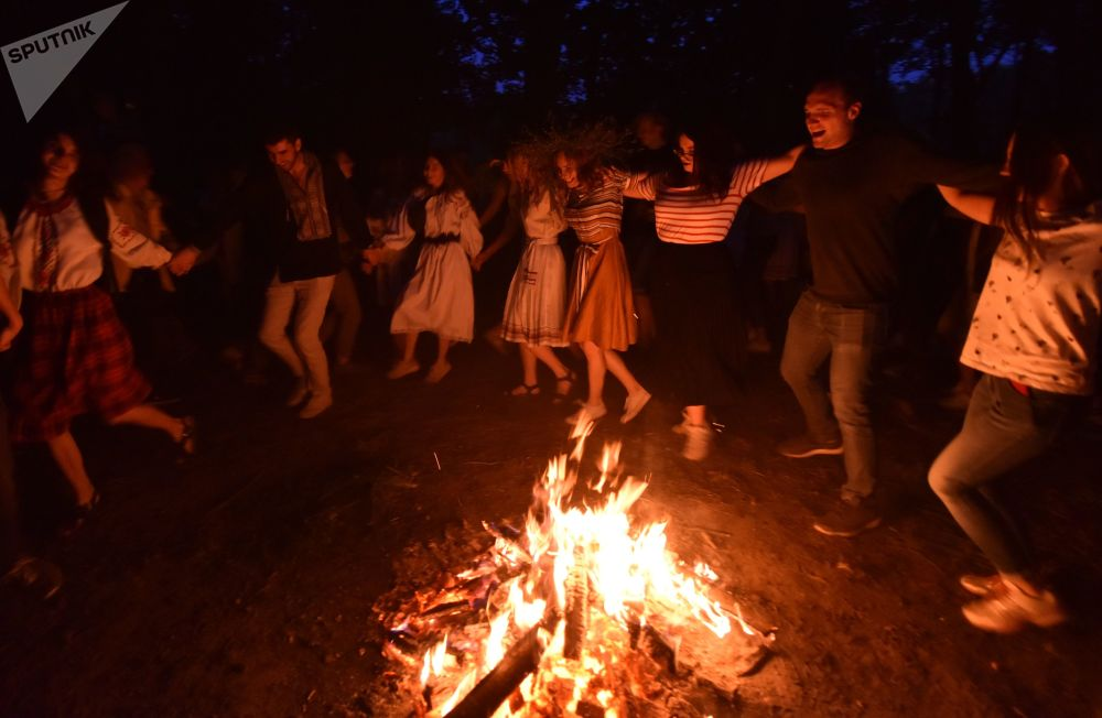 人們在伊凡·庫帕拉節上跳圓圈舞