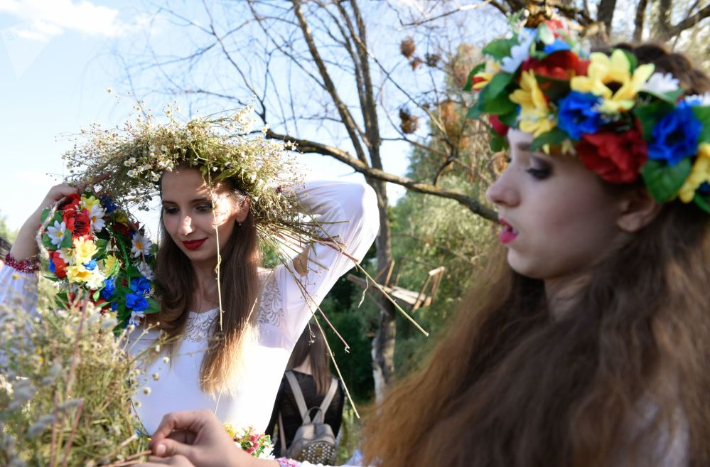 女孩子們在伊凡·庫帕拉節上編花環
