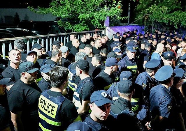 格鲁吉亚公民自发在电视台大楼前举行抗议活动