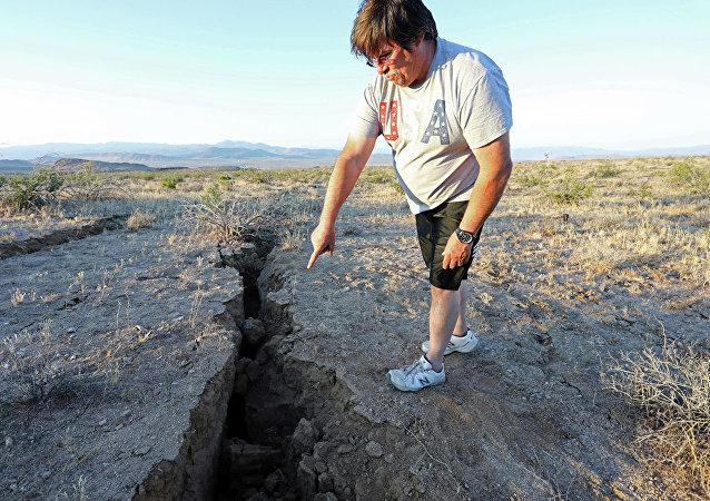 美国加州地震在地表留下从太空可以看到的裂痕