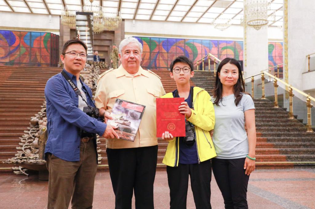 媒體:一名中國學生向莫斯科勝利博物館贈書