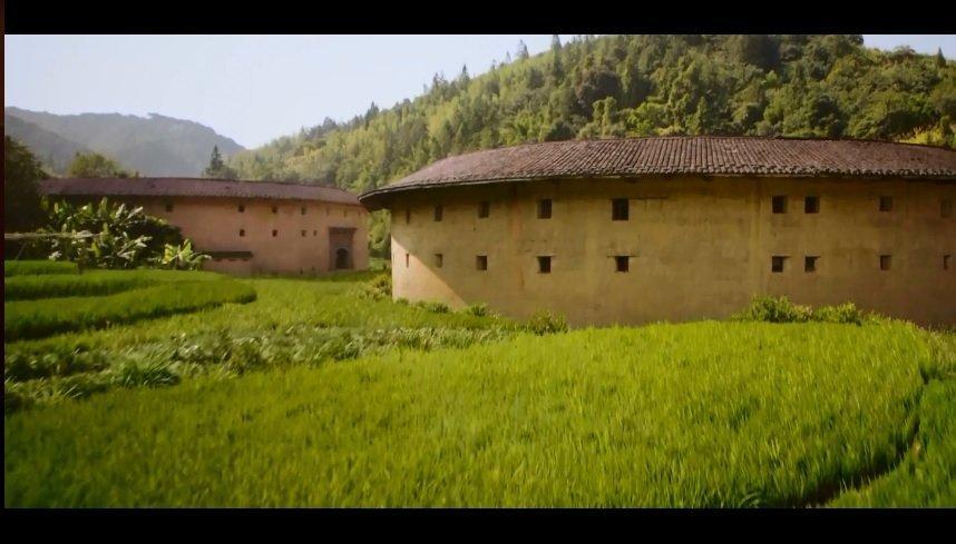 本该来自中国北方的花木兰一家人竟然住在福建东南沿海的土楼里。