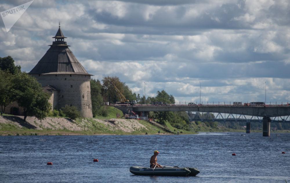 俄羅斯普斯科夫克里姆林宮鐘樓和韋利卡亞河大橋