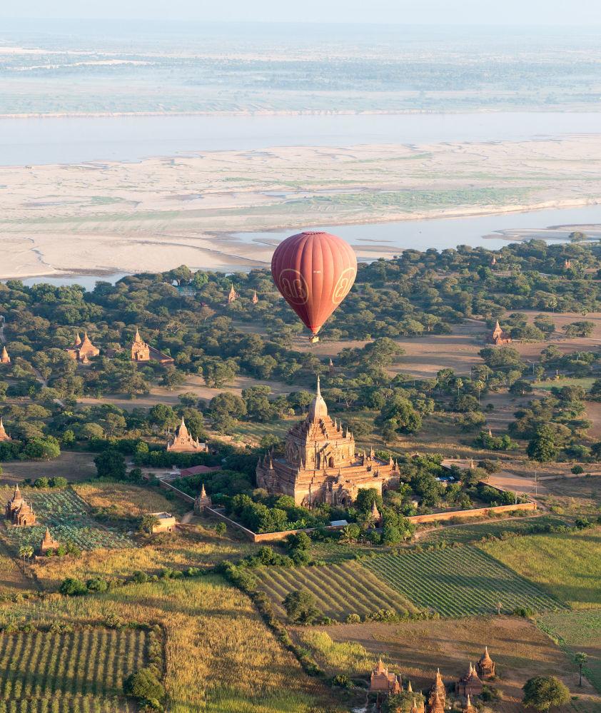 緬甸蒲甘古寺上空的熱氣球