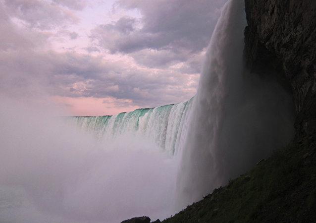 坠入尼亚加拉大瀑布的男子安然无恙