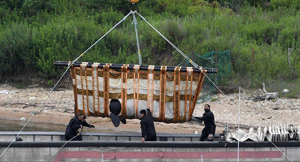 俄專家將「鯨魚監獄」中等待放歸的第二批虎鯨裝車