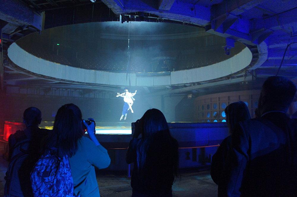 《馬戲內部》片段:空中舞蹈演員正在排練