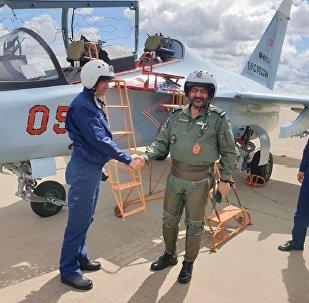 印度空军参谋长在俄试驾雅克-130教练机