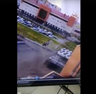 鄂木斯克一輛汽車空翻兩周的視頻被拍下