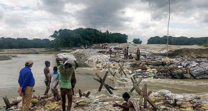 媒体:印度东北部洪水区灾民超过80万 6人遇难