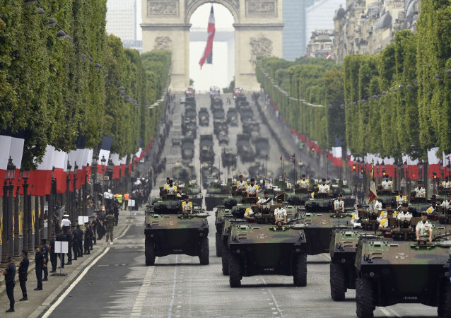 在巴黎巴士底日阅兵
