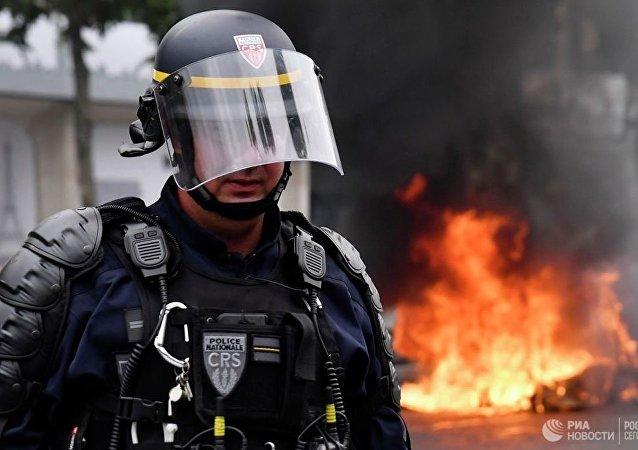 球迷庆祝阿尔及利亚足球队获胜 同巴黎警察发生冲突