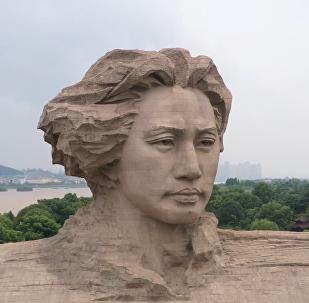 毛泽东巨幅雕像险遭洪水淹没