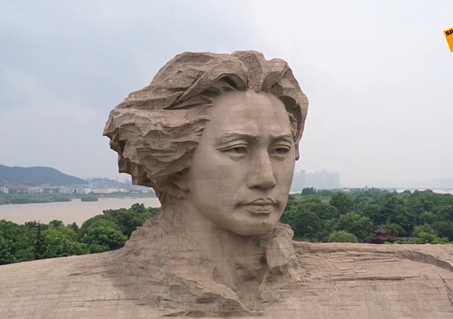 毛澤東巨幅雕像險遭洪水淹沒