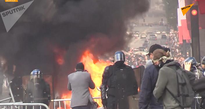 """法国国庆日遭遇""""黄背心""""抗议者示威"""