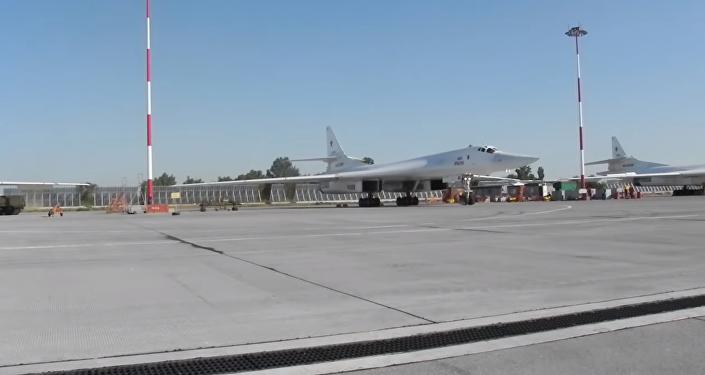 俄发布图-160轰炸机波罗的海上空飞行视频