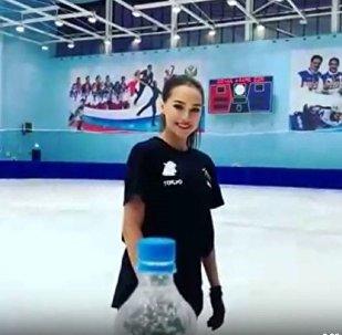 扎吉托娃用冰鞋挑战开瓶盖