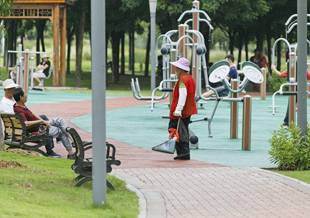 """""""每天一万步 睡够八小时"""" 健康中国行动能否让中国人重获健康?"""