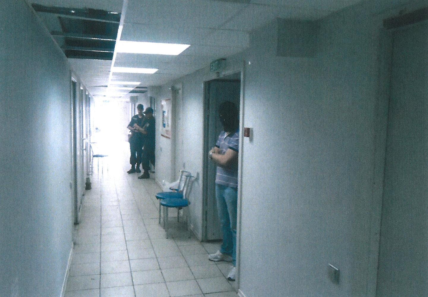 在一个房间,有3x1米大小,有白色瓷砖(像仓库),只有一把椅子,坐着一个脸色苍白的女孩。那里非常闷。