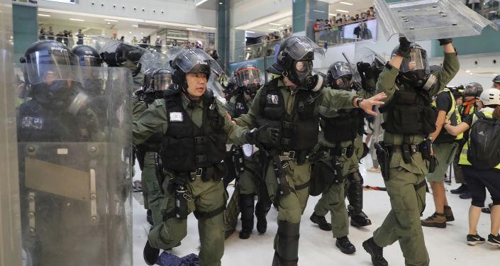 香港示威者早高峰堵门拦车 扰乱地铁秩序