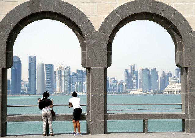Люди на набережной Дохи, Катар