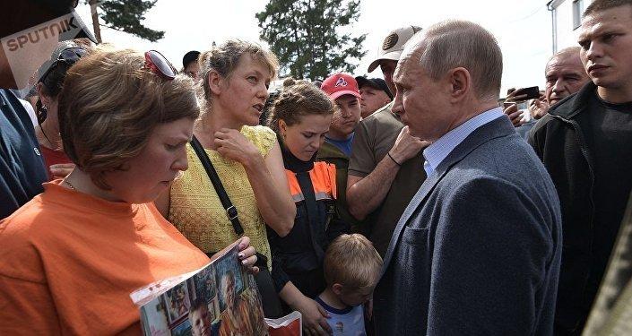 普京视察伊尔库茨克州洪水灾后安置点并与受灾居民和志愿者见面