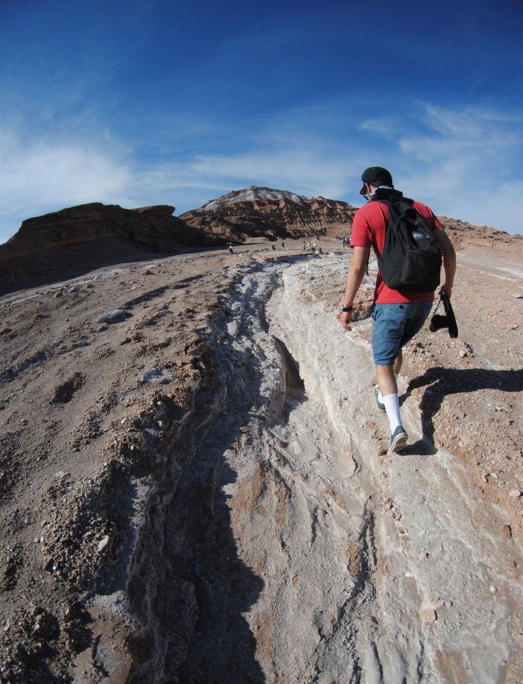 智利北部月亮谷的一名遊客
