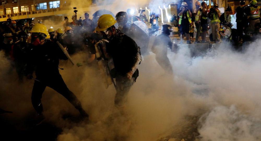 香港警方使用催泪弹驱赶示威者