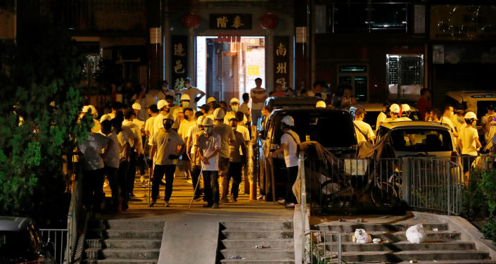 Вооруженные палками люди на станции метро Yuen Long на северной окраине Гонконга