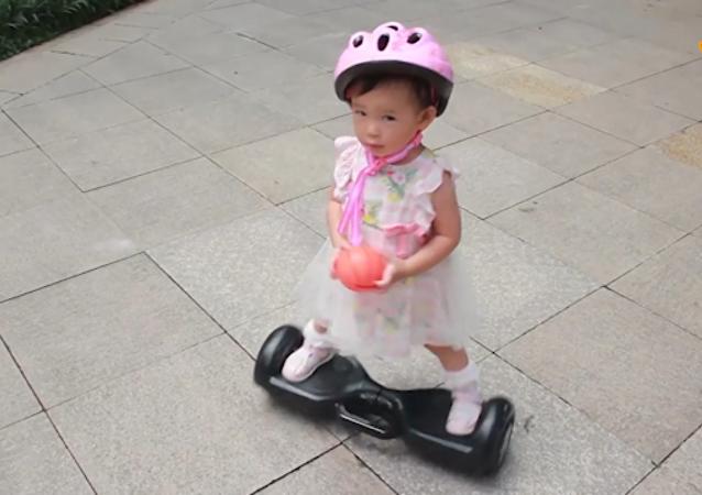 一岁多小可爱玩平衡车
