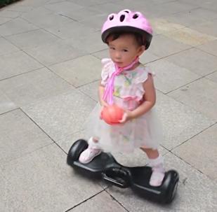 一歲多小可愛玩平衡車