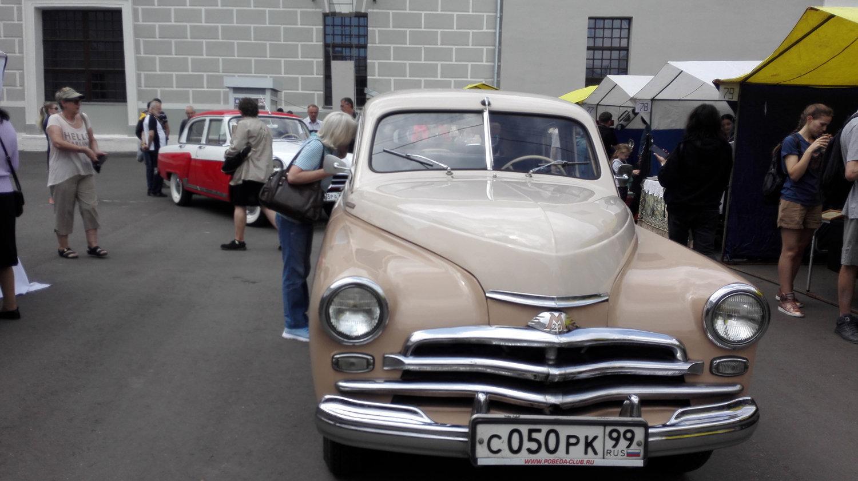 """莫斯科博物馆复古车展上的""""伏尔加""""(后面)和""""胜利""""牌轿车"""