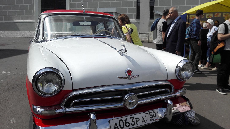 """大家最为了解的""""伏尔加""""GAZ-21型轿车:车盖上有镀铬小鹿"""