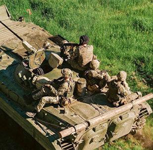 北约教官眼巴巴地看着乌克兰士兵淹死