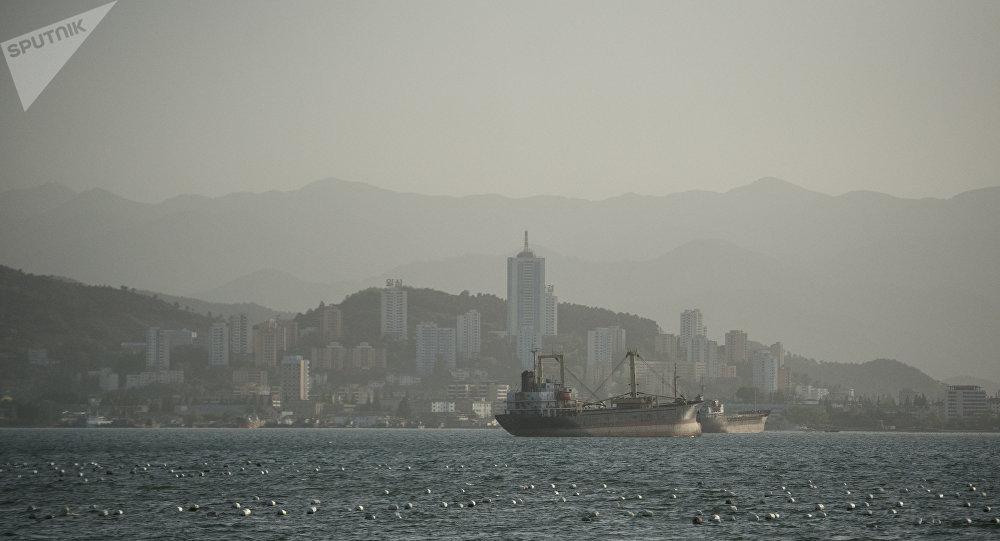 """朝鲜为被扣的俄祥""""海林-8""""号渔船船员送水"""