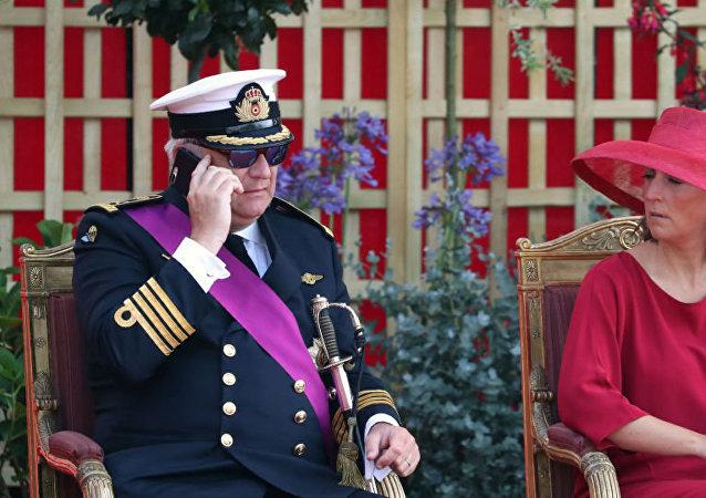 比利时王子演奏国歌时玩手机