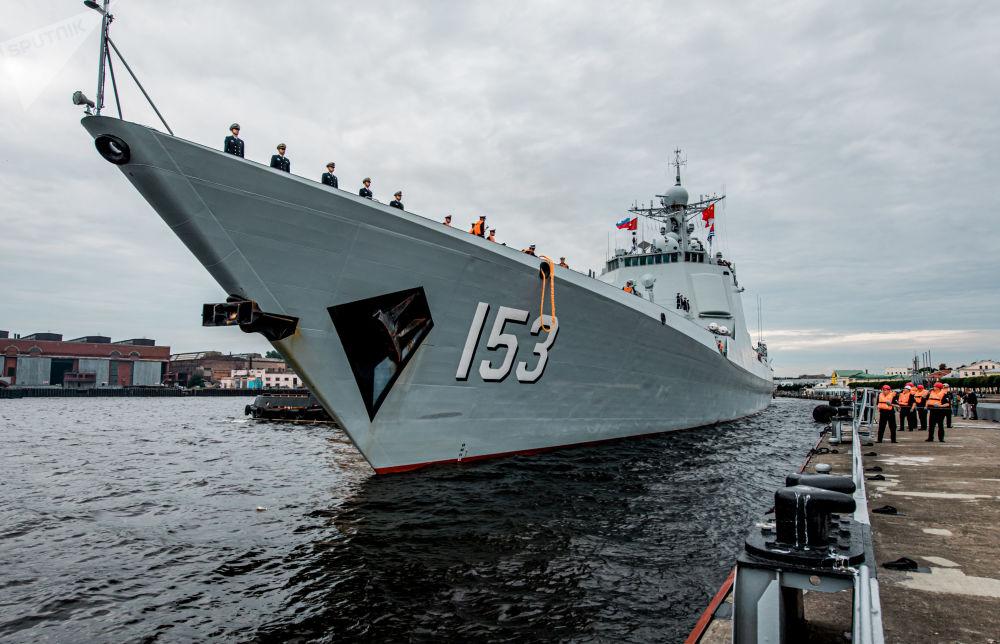 中国海军导弹驱逐舰西安舰在圣彼得堡施密特中尉河岸
