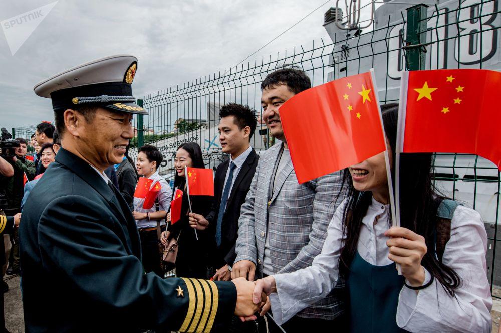 中国人民解放军海军第32批护航编队指挥员赵卫东大校在为中国海军导弹驱逐舰西安舰举行的欢迎仪式上