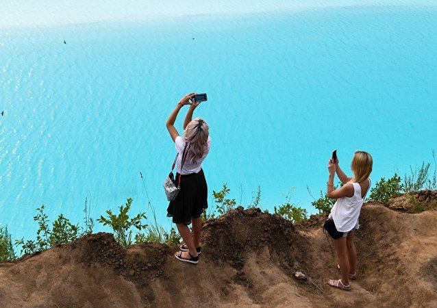 游客在西班牙有毒湖泊入水玩耍 身体不适就医