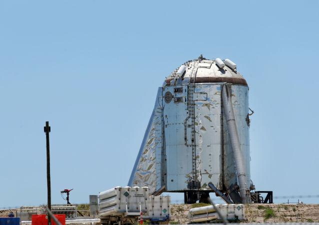 Экспериментальный космический корабль Starhopper на испытательном полигоне в Бока-Чика-Бич