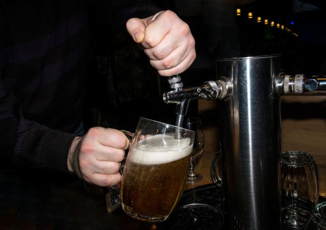 澳大利亚记者买杯啤酒花了6.8万美元