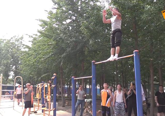高手在民間:老爺爺公園裡展示酷炫體操技藝!