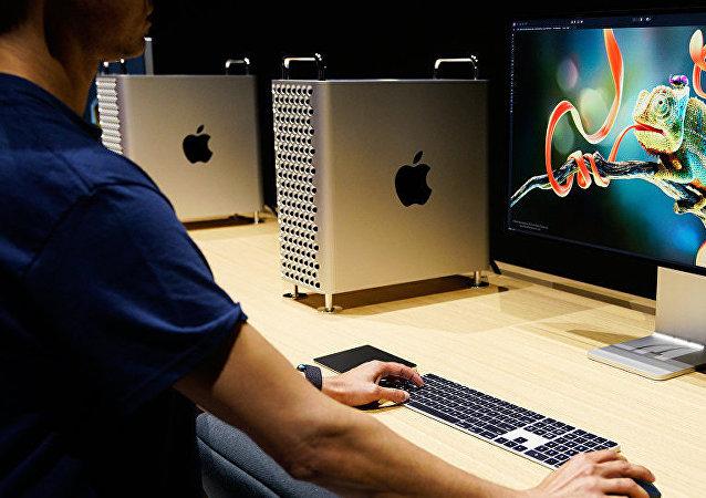 美国苹果公司将向任何能够破解iPhone手机iOS系统的黑客提供总额100万美元赏金。