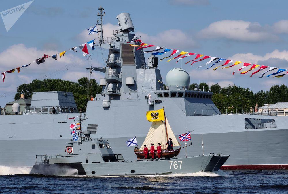 """快艇甲板上重修的彼得大帝船模型和""""卡萨托诺夫海军上将""""号护卫舰"""