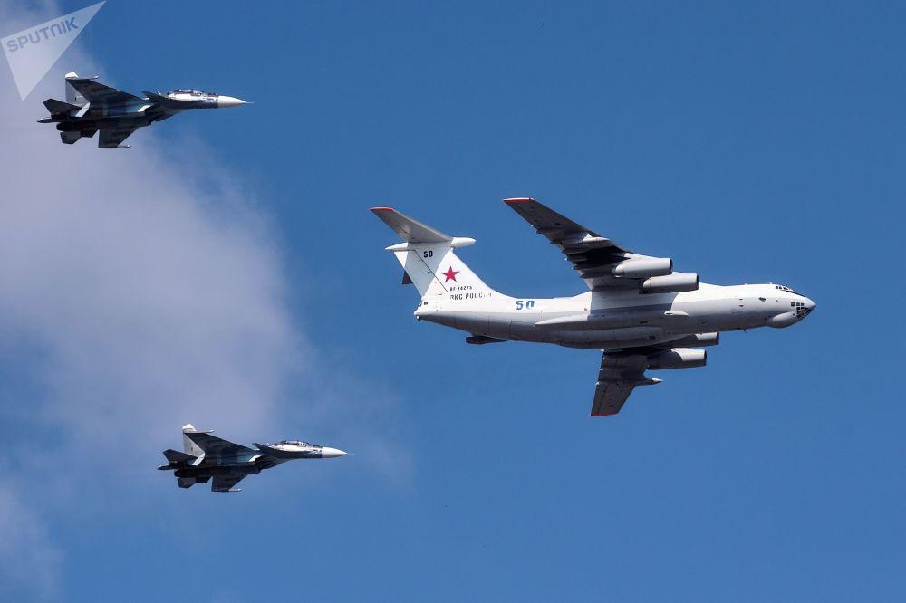 伊尔-78加油机和苏-30SM战斗机
