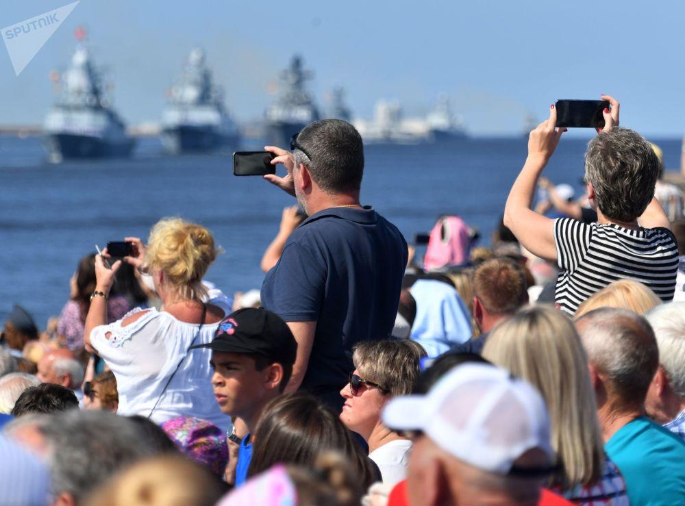 """40余艘军舰、潜艇和快艇在涅瓦河和喀琅施塔得近岸水域整齐排列,包括""""卡萨托诺夫海军上将""""号护卫舰和""""乌斯季诺夫元帅""""号导弹巡洋舰。"""