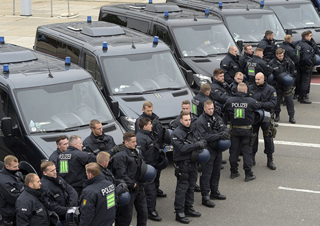 德国50名毕业生冲击警察局试图解救同伴