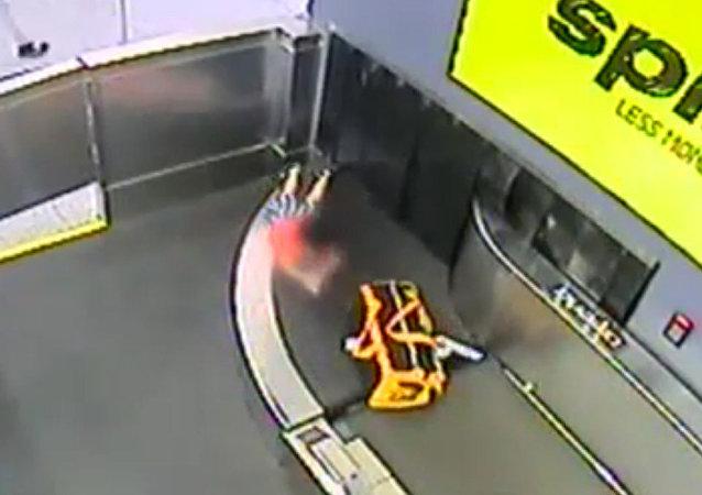 兩歲幼童在亞特蘭大機場順著行李傳送帶「旅行」