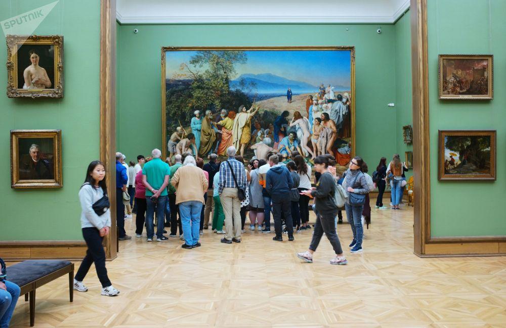 游客在特列季雅可夫画廊画家伊万诺夫的作品《基督来到人间》旁