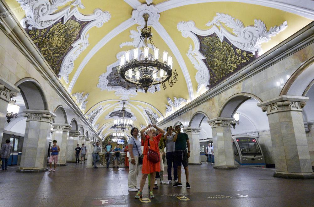游客在莫斯科地铁环线共青团地铁站